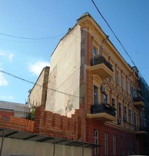 Строительные работы возле дома-стены - на контроле у мэра
